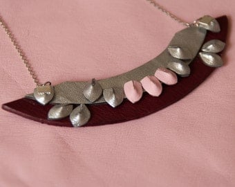 Flamboyant leather necklace, handmade, ethnic inspiration - Maroon and silver necklace - collar Dickey