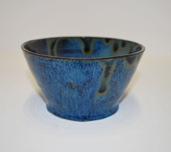 Beautiful multi shade blue bowl with copper accents and gloss finish / Beau bol multi-nuances bleu avec des accents en cuivre