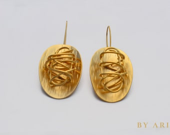 Round earrings with  twisted wire detail