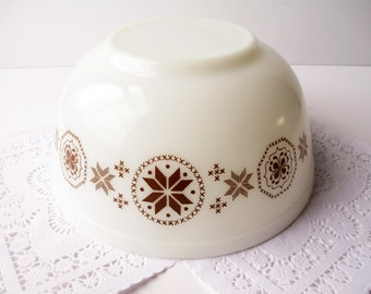 Pyrex Bowl Town & Country Brown and White 2 1/2 Qt Mixing Bowl - Vintage Charm