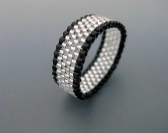 Peyote Ring in Silver and Black / Beaded Ring / Seed Bead Ring / Thin Peyote Ring / Peyote Band / Size 4, 5, 6, 7, 8, 9, 10, 11, 12, 13