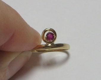 Solid 14K Y Gold offset Ruby Ring for small fingers, size 3.3, interesting vintage ring, free US first class shipping