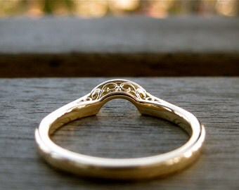 Curved Wedding Ring in 18K Yellow Gold with Fine Floral Detailing on the Side Size 5