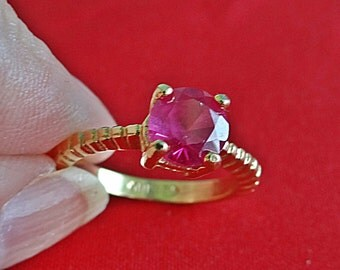 E LIND signed Vintage gold tone  size 5  ring with fuschia pink center rhinestone in great condition