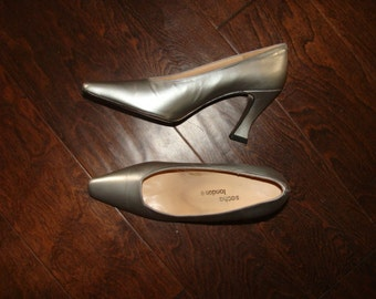 "NOS Vintage Silver Pumps Sacha London Made in Spain Leather Sole 7B Thick 3"" Heel Mid Century Mod Chic Platinum PinUp Shoes"