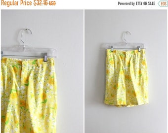 SPRING SALE vintage 1950s ladies shorts - 60s yellow floral shorts / 1960s floral print shorts - yellow & orange floral / high waisted bermu