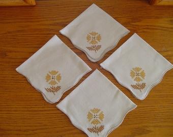Vintage Linen Napkins, Embroidered Linen Napkins, Scalloped Edge Napkins, Vintage Linen, Textiles