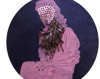 cadre reliquaire bombé vintage linogravure inspiration érotique imprimé sur cuir à l'encre à l'huile et rebrodée  , adélaide