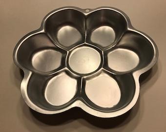 11 inch Wilton Flower shaped Cake pan