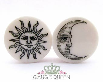 "Sun & Moon Plugs / Gauges 4g / 5mm, 2g / 6.5mm, 0g / 8mm, 00g /10mm, 1/2"" /12.5mm, 9/16"" /14mm, 5/8"" /16mm, 3/4"" /19mm, 7/8"" /22mm, 1"" /25mm"