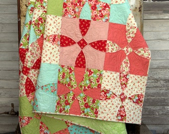 Cotton Fields quilt pattern - traditional patchwork quilt pattern of a classic curved pieced block, vintage feeling quilt