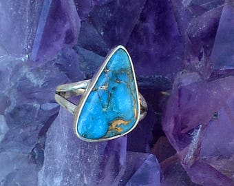 Copper Blue Arizona Turquoise Freeform Cab and Sterling Silver Ring. Split Shank. Size 8.