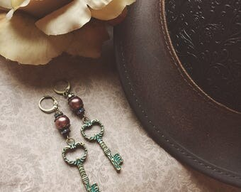Art Nouveau Verdigris Patina Skeleton Key Earrings >> romantic jewelry vintage style antique Art Deco Steampunk pearl earrings industrial