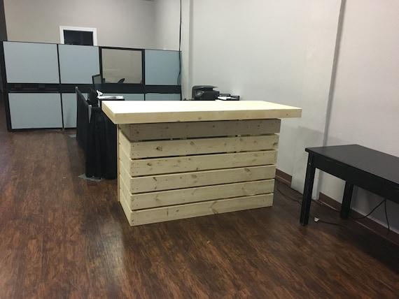 The indoor elyse pallet style rustic dry bar reception desk for Como hacer un bar de madera
