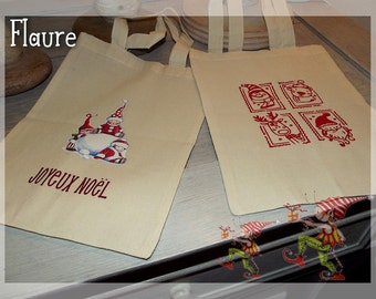 A batch of two Christmas gift bags 3