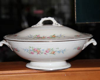 Homer Laughlin Eggshell Georgian Covered Bowl / Soup Tureen floral pattern 1945 collectible Vintage