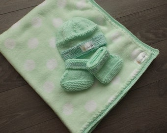 0-1 month cover with Mint green crocheted Strip and slippers and tuque