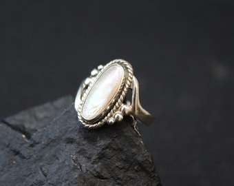 Sterling Silver Signed BELL STERLING Mother of Pearl Shell Oval Ring with Rope Border