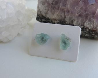 Clous d'oreilles minimalistes - studs en aigue-marine brute - mini boucles d'oreilles - pierre minérale brute - pierre naissance Poisson
