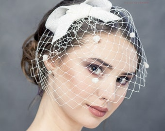 Spotted veil with small bow, short merry widow veil