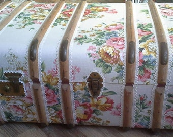 Very pretty vintage  fabric covered steamer trunk