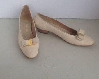 sz 11 B vintage cream color leather bow tie FERRAGAMO low heel pumps