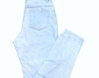 wrangler mom jeans. W30 L32. 100% wrangler, faded, high waisted, tapered leg, lived in, blue lightwash, cotton jeans. Made in USA.