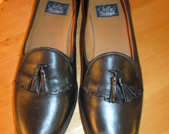 Vintage like new Selby soft black leather tassled flat shoes. Moc fit handcrafted shoes made in the USA. Size 10 AA