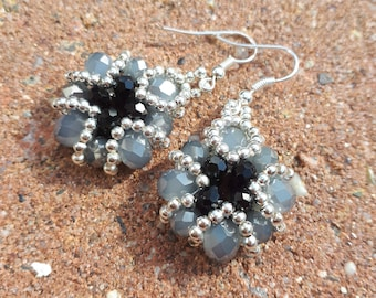 Beautiful unique baroque earrings in zillver, gray and black.