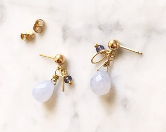 Bijoux minimaliste - Pastel en forme de goutte bleu pierres précieuses boucles d'oreilles en remplissage de l'or, les boucles d'oreilles scintillantes nuptiale de calcédoine bleu pervenche, mariage Chic