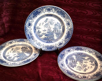"""Four Blue and White Plates """"Old Willow"""" English Ironstone Tableware Ltd Staffordshire England"""