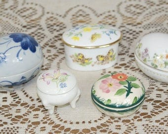 Selection of 5 Coloured, Decorative, Bone China, Porcelain, Ceramic Lidded Trinket Boxes: Wedgwood, Caverswall, etc