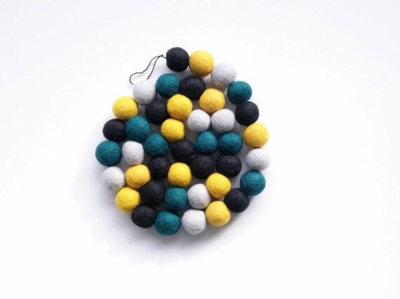 Guirlande en boule de laine feutrée jaune moutarde bleu