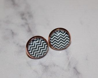 Black & White Zig Zag Pattern Round Glass Cabochon Copper Tone Stud Earrings 12mm