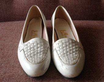 CLEARANCE! Vintage white woven leather loafer heels / kitten heels / 7