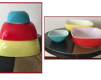 Vintage Pyrex: Set of 3 Retro Bowls