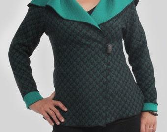 Veste REVERSIBLE Gesig: Vert EMERAUDE motif jacquard pied de poule métissé, vient avec une broche. Fendue aux côtés, col châle, versatile.