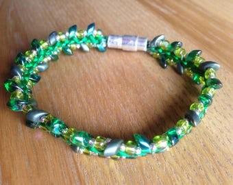 Bright green kumihimo bracelet, Prumihimo bracelet, Magatama beaded bracelet, Green and matt gold bracelet, Grass green bracelet