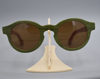 Model Brumotti.  It more prominent is the harmony between the green of the mount, the rod in Cherry and the lens Brown
