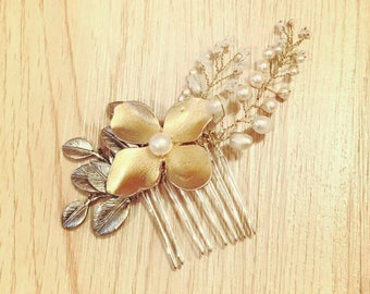SALE Bridal comb/ hair comb/ wedding comb/ bridal headpiece/ gold flower comb/ rhinestone comb
