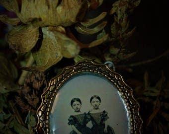 Pendant vintage Siamese sisters