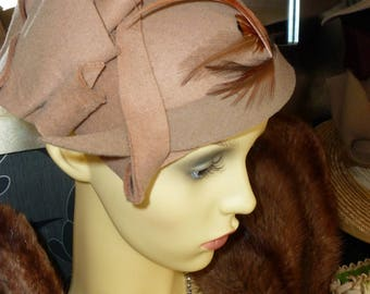 1940's style 'head hugger' felt hat. Cream and brown feather detail trim.