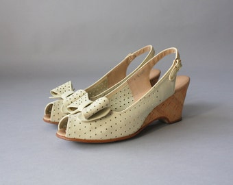 Vintage Peep Toe Bow Heels / 1970s Jack Rogers Cork Wedge Sandals / Bone Leather Bow Shoes 8 N