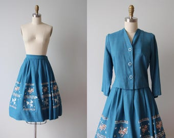 1950s Dress - Vintage 50s Dress - Teal Blue Linen Embroidered Novelty Border Full Skirt Jacket Set S - Griffins and Eagles Suit