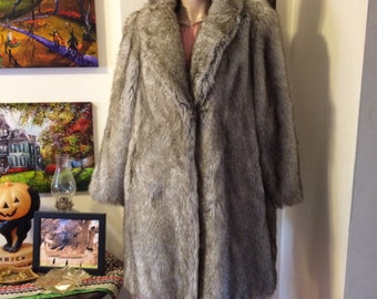 SALE Stunning Vintage 70s Tissavel chubby WINTER wonderland ladies faux fur White Creme Grey coat size Large
