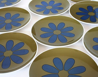 Retro flower power plates by Centura. Corning plates, blue daisy plates, Coordinates Green, khaki olive green plates, teal blue plates, set