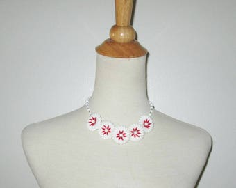 Vintage 1950s Plastic Flower Necklace / 50s White & Red Plastic Flower Choker Necklace With White Beads