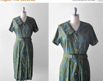 25% OFF 1950 green print dress. xl. 50's day dress. crown print. fleur-de-lis. 50 xxl. shirtwaist.