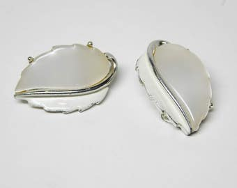 Vintage Lisner White Lucite Earrings - Leaf Shaped with Silver Tone Vein Clip ons- Mid Century Leaves - 1950's 1960's Era Themoset Plastic