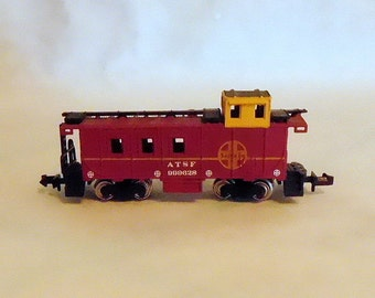 N Scale ATSF 1943 SANTA FE Caboose 999628 Bachmann Model Railroad Train / Metal Wheels